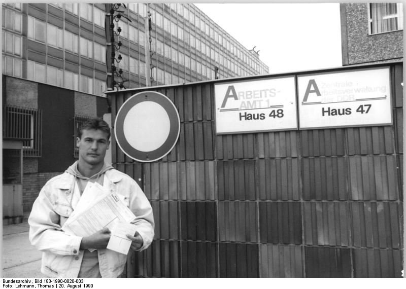 Berlin, Arbeitsloser vor Arbeitsamt. Quelle: Bundesarchiv, Bild 183-1990-0820-003, Fotograf: Thomas Lehmann