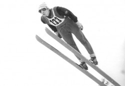 1988 flüchtet der ehemalige DDR-Skispringer und Sportarzt Hans-Georg Aschenbach während einer Auslandsreise in die Bundesrepublik. In einem Zeitungsinterview berichtet er der Öffentlichkeit im Juni 1989 erstmals detailliert über das flächendeckende DDR-Dopingsystem.