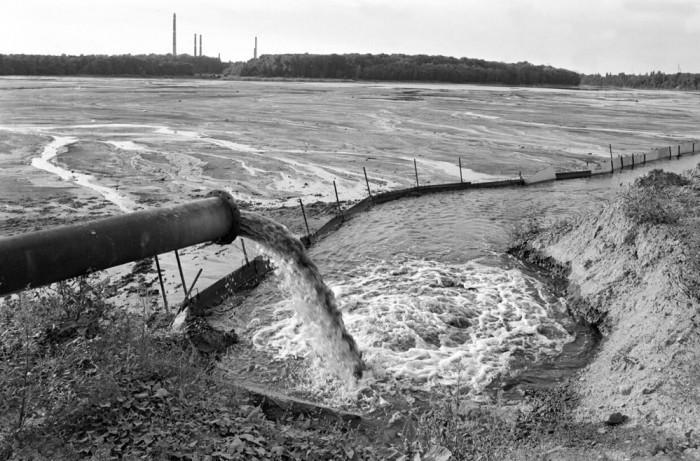 Einleitung von Abwässern am Ufer des Silbersees. Das Foto stammt vom 12. August 1991. Quelle: Bundesregierung / Joachim F. Thurn