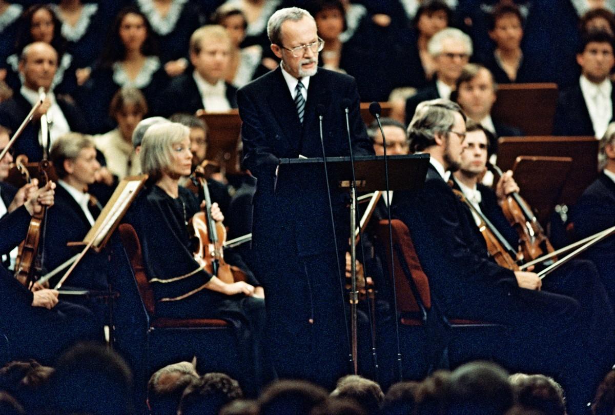Tag der Deutschen Einheit 1990 / Festakt im Schauspielhaus. Quelle: Bundesarchiv, B 145 Bild-00102900, Fotograf: Klaus Lehnartz