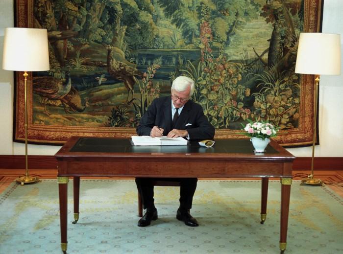 Bundespräsident von Weizsäcker unterzeichnet den Einigungsvertrag 1990. Quelle: Bundesregierung / Reineke