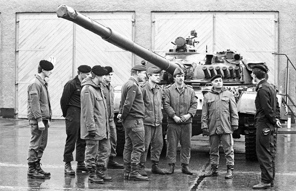 Bundeswehr löst die Nationale Volksarmee auf. Quelle: Bundesstiftung Aufarbeitung, Fotobestand Klaus Mehner, Bild 90_1110_POL_BdsWehr_34