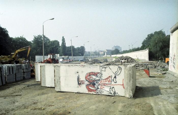 Abbau der Grenzanlagen in Berlin-Pankow. Quelle: Archiv Bundesstiftung Aufarbeitung, Fotobestand Leonore Schwarzer, Bild 134