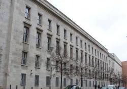 Eingang zum ehemaligen Dienstsitz des Ministers für Medienpolitik in der Mauerstr. in Berlin-Mitte. Heute befindet sich in dem Gebäude das Bundesministerium für Arbeit und Soziales.