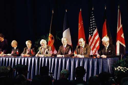 Unterzeichner der Erklärung im Jacob K. Javits Convention Center am 1.10.1990 in New York (v.r.n.l.): Douglas Hurd (GB), Hans-Dietrich Genscher (BRD), James Baker (USA), Eduard Schewardnadse (UdSSR), Roland Dumas (Frankreich) und Hans Joachim Meyer (DDR). Quelle: Bundesregierung / Schambeck