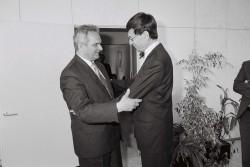 Frank Terpe (l.) besucht seinen Amtskollegen, Bundesminister für Forschung und Technologie Heinz Riesenhuber (r.) am 23. April 1990 in Bonn. Quelle: Bundesregierung / Stutterheim