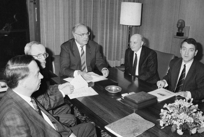 """Bundeskanzler Helmut Kohl empfängt am 1. März 1990 Vertreter des Wahlbündnisses """"Allianz für Deutschland"""". V.r.n.l.: Wolfgang Schnur, Hans-Wilhelm Ebeling, Bundeskanzler Kohl, Lothar de Maizière. Quelle: Bundesregierung / Schambeck"""