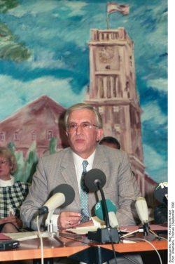 Der West-Berliner Innensenator Erich Pätzold auf einer Pressekonferenz am 27. September 1990 in Berlin. Quelle: Bundesarchiv, Bild 183-1990-0927-402, Fotograf: Thomas Uhlemann