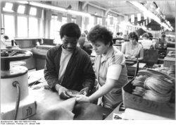 """Viele junge Namibier absolvieren in der DDR eine Berufsausbildung. Das Foto zeigt Leonhard Kandume, der 1985 in der Schuhfabrik """"Banner des Friedens"""" Weißenfels den Beruf des Schuhmachers erlernt. Quelle: Bundesarchiv, Bild 183-1985-0121-002, Fotograf: Thomas Lehmann"""