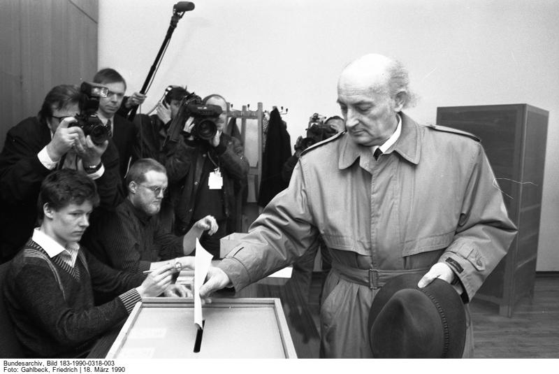 Hans-Wilhelm Ebeling bei der Stimmabgabe am 18. März 1990 im Wahllokal im Informationszentrum auf dem Sachsenplatz in Leipzig. Quelle: Bundesarchiv, Bild 183-1990-0318-003, Fotograf: Friedrich Gahlbeck