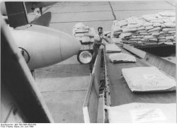 Am 23. Juni 1990 starten zwei Interflug Maschinen mit Hilfsgütern für die Erdbebenopfer im Iran. Quelle: Bundesarchiv, Bild 183-1990-0623-003, Fotograf: Klaus Franke