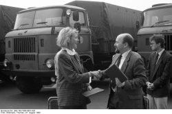 Übergabe ehemaliger militärischer Fahrzeuge der NVA an die Deutsche Welthungerhilfe am 31. August 1990. Quelle: Bundesarchiv, Bild 183-1990-0831-025, Fotograf: Thomas Uhlemann