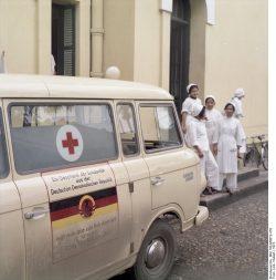 In Hanoi (Vietnam) wird mit Hilfe der DDR zwischen 1970 und 1977 ein Krankenhaus rekonstruiert. Darüber hinaus schickt die DDR Medikamente und Ausrüstung, darunter diesen Krankenwagen vom Typ Barkas 1000. Quelle: Bundesarchiv, Bild 183-M0612-416, Fotograf: Hubert Link