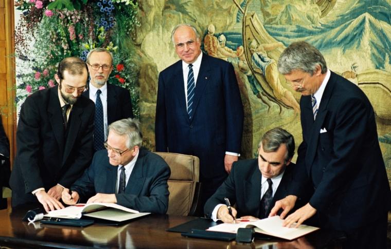 Vertrag über Wirtschafts- und Währungsunion 1990. Quelle: Bundesregierung / Schambeck