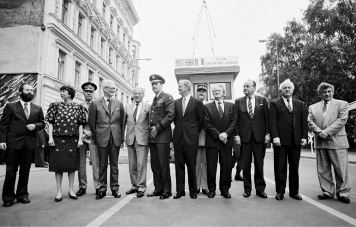 """Abbau des Kontrollgebäudes am Grenzübergang """"Checkpoint Charlie"""" am 22. Juni 1990. Quelle: Bundesregierung / Stutterheim"""