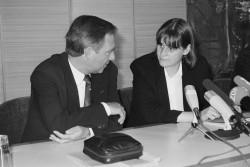 Wolfgang Schäuble, Bundesminister des Innern (l.), am 28. Mai 1990 im Gespräch mit Cordula Schubert, Ministerin für Jugend und Sport (r.), im Bundesinnenministerium in Bonn.