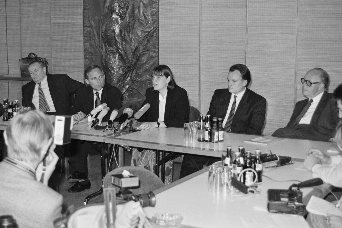 Wolfgang Schäuble, Bundesminister des Innern (2.v.l.), Cordula Schubert, Ministerin für Jugend und Sport der DDR (M.), Willi Daume, Präsident des Nationalen Olympischen Komitees (NOK) (l.), und Hans Hansen, Präsident des Deutschen Sportbundes (DSB) (r.), am 28. Mai 1990 auf einer Pressekonferenz zu den Planungen für die Bildung einer gemeinsamen Mannschaft für die Olympiade 1992 in Barcelona.