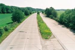 Die Autobahn A 4 zwischen Bautzen und Weißenberg vor dem Ausbau im Mai 1992. Die letzte Instandsetzung erfolgte unmittelbar nach dem Zweiten Weltkrieg.