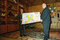 Bundeskanzler Helmut Kohl (r.) und Jacques Delors, Präsident der EG-Kommission (l.), am 25. September 1990 im Bundeskanzleramt mit einer Europakarte.