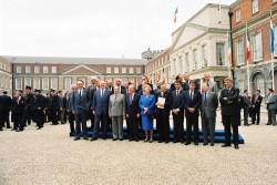Die Staats- und Regierungschefs und Außenminister des Europäischen Rates am 28. April 1990 vor Dublin Castle.