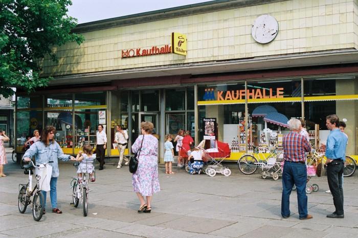 HO-Kaufhalle in Guben (Brandenburg) zehn Tage vor der Währungsunion, 20. Juni 1990.
