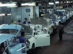 Produktionsband in der Werkhalle des VEB Sachsenring Zwickau im Juni 1990.